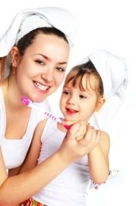 Mit Zahnbürste und Zahnpasta zum strahlenden Lächeln