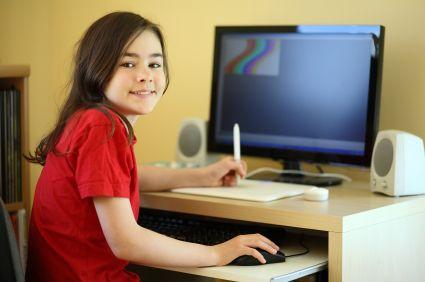 Mädchen am Schreibtisch © istock.com