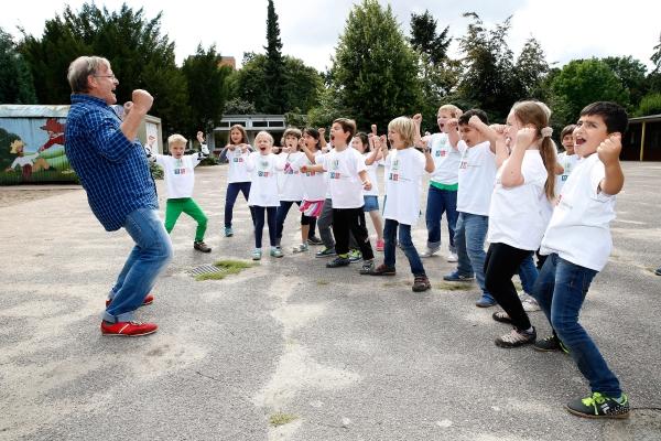 Hüpfen, springen und toben zum Schulstart: Prof. Dr. Dietrich Grönemeyer macht Grundschüler fit.